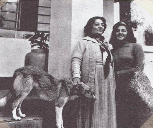 Angélica Gamara y su hija Angélica León Velarde en la hacienda Chavarría